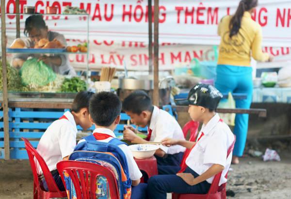 Lũ trẻ ăn sáng trước khi vào giờ học - Ảnh: Minh Đức
