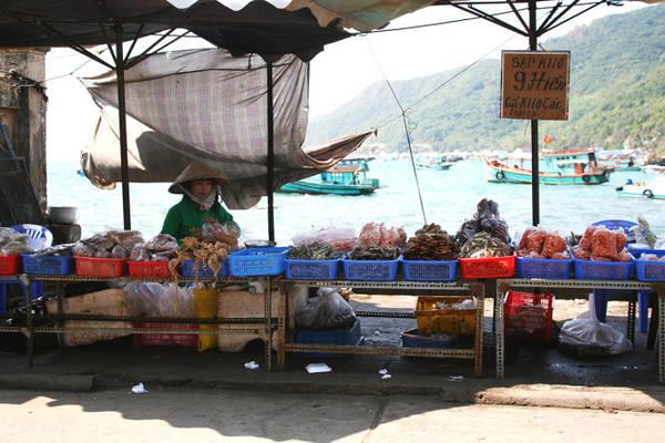 Sạp cá khô bên bờ biển - Ảnh: Minh Đức