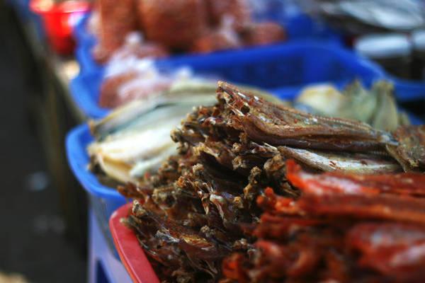 Những quầy hàng với cơ man là cá khô, mực khô - Ảnh: Minh Đức