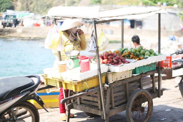 Những xe hàng bán trái cây trên cầu cảng đảo Củ Tron - Ảnh: Minh Đức