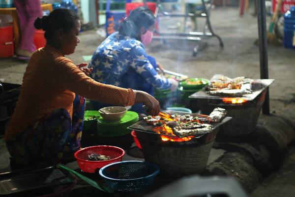 Bữa tối với các món nướng trên đảo Củ Tron - Ảnh: Minh Đức