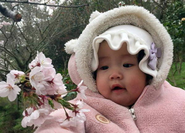 Em bé bên hoa đào - Ảnh Hiếu Ngọc Châu