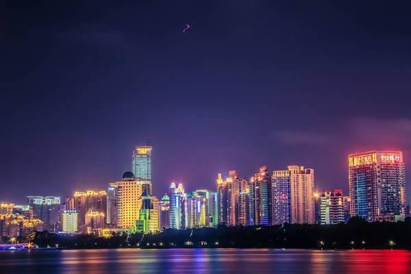 Thành phố Nam Ninh lung linh trong đêm. Ảnh: Nguyễn Trường Sơn