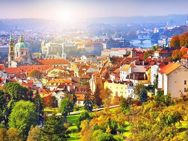 Praha, Cộng hòa Séc: Nên đặt phòng trước chuyến đi khoảng từ 2 - 5 tháng, bạn sẽ tiết kiệm được 33% tiền phòng khách sạn. Ảnh: Shutterstock / Ihor Pasternak
