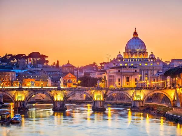 Rome, Ý: Nên đặt phòng trước chuyến đi khoảng từ 3 - 5 tháng, bạn sẽ tiết kiệm được 32% tiền phòng khách sạn. Ảnh: Shutterstock / S.Borisov