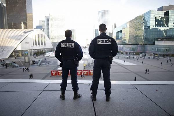 Biết cách liên hệ với chính quyền địa phương: Mỗi quốc gia có số điện thoại riêng để hỗ trợ người dân trong tình trạng khẩn cấp. Ở Anh là 999, Pháp là 112, Bỉ là 101 cho cảnh sát và 112 cho các tình huống khác. Bạn nên tìm hiểu và ghi nhớ điều này. Ảnh: Republika.