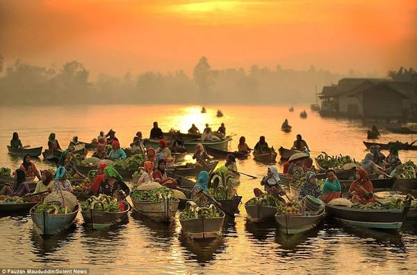 Chợ nổi Lok Baintan ở Nam Borneo là điểm tham quan thu hút nhiều du khách ở Indonesia.