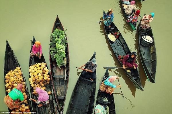 Chợ họp từ sáng sớm. Mặt hàng chính ở chợ là các loại nông sản địa phương như rau, củ, quả.