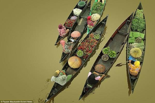 Các thuyền nhỏ buôn bán hoa quả, rau củ, cá và các loại thực phẩm khác.