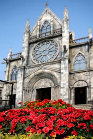 Hàng trăm loài hoa đua nở xen kẽ giữa các cung đường trầm mặc của nhà thờ St. Denis kiêu hãnh, lâu đài Chateau De Chenonceau thời Trung cổ và những ngôi làng yên bình như Conques Aveyron, Sarlat-la-Canéda…