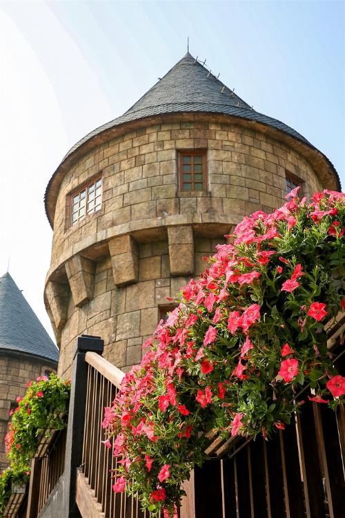 Những giàn hoa dạ yến thảo rực rỡ bên ban công và các lối đi, gợi nhớ một góc châu Âu diễm lệ trong không gian kiến trúc cổ kính và sang trọng của Mercure Bana Hills French Village.