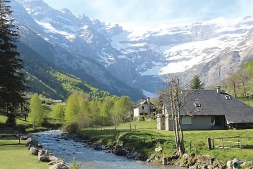 Cảnh đồi núi và đồng quê xứ Basque vào đầu mùa xuân