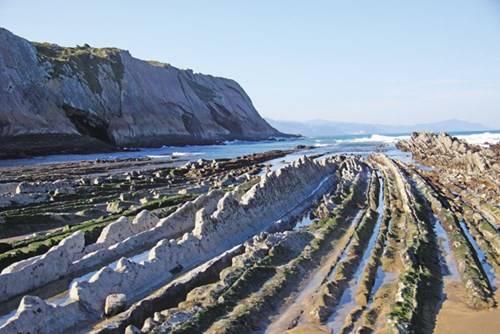 Bãi biển Zumaia với những lớp đá hình răng cưa. Ảnh: J.L. Lazkano