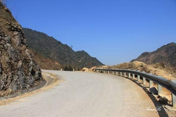 Từ ngã 3 trước khi vào xã Sủng Là, bạn chạy thêm 5 km, qua một con đèo nhỏ là đến thị trấn cổ Phố Bảng.