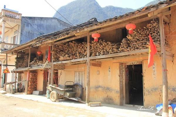 Sinh sống ở Phố Bảng chủ yếu là dân tộc Mông và dân tộc Hoa. Thị trấn rất ít dấu chân khách du lịch, im lìm như một cô sơn nữ đang say ngủ nơi địa đầu Tổ quốc.
