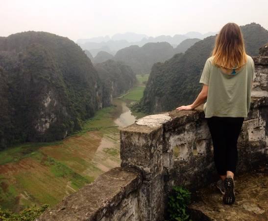 Khung cảnh tuyệt đẹp nhìn từ một ngôi chùa trên núi ở Tam Cốc. Ảnh: jade_house/instagram