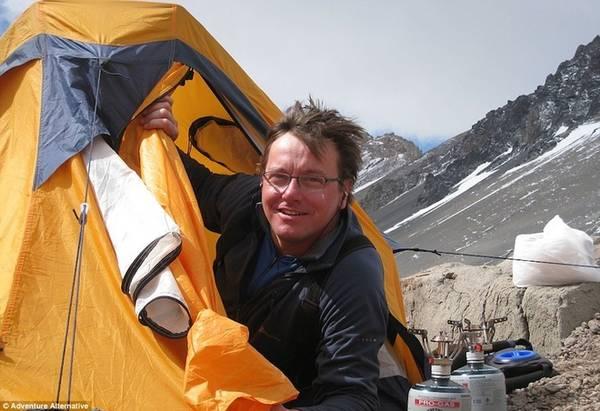 Chinh phục đỉnh Everest là điều rất nhiều người mong muốn, nhưng để đạt được nó, bạn sẽ phải trải qua những cảm giác như địa ngục. Vượt qua những khối băng lớn, hứng chịu các trận tuyết lở, bị tiêu chảy 6 lần một đêm ngay trên sườn đá hay năng lực hoạt động của não giảm xuống dưới 15% là những điều bạn sẽ phải đối mặt nếu muốn vượt qua đỉnh núi cao nhất thế giới này.