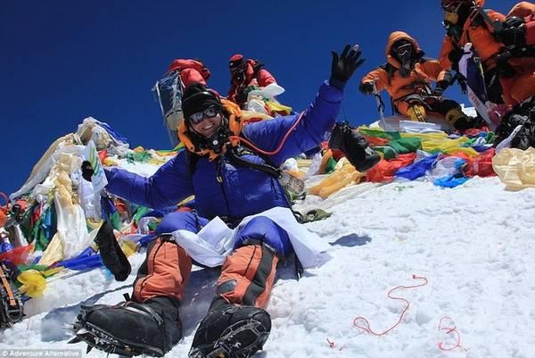 Gavin Bate, 49 tuổi, người Anh, sở hữu công ty du lịch mạo hiểm Advanture Alternative, tổ chức các tour đến Borneo, Kenya, Nga và cả Bắc Cực. Trong đó, Everest là tour được khuyên nên suy nghĩ cẩn thận nhất trước khi thực hiện.
