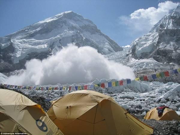 """Gavin cũng cho hay: """"Nếu cho rằng bỏ ra 70.000 USD có thể mua được sự an toàn thì bạn đã nhầm, bởi người hướng dẫn cũng chỉ là con người mà thôi. Everest là hành trình nguy hiểm cho cả những người giàu kinh nghiệm nhất""""."""