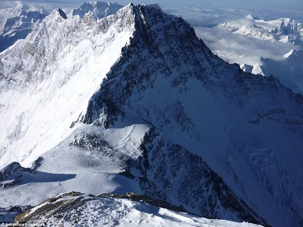 """""""Năm 2005, tôi leo đỉnh Everest mà không có bình oxy và cũng chỉ dừng lại đúng một lần trên cả hành trình. Thế nhưng khi chỉ còn cách đỉnh 100 m, tôi buộc phải đứng xếp hàng để chờ tới lượt leo lên. Tôi biết nếu đứng đợi một tiếng, tôi chắc chắn sẽ chết vì thiếu oxy. Cảm giác mọi cơ quan trong cơ thể như chuẩn bị đóng băng là khi bạn biết tử thần sắp gõ cửa"""", Gavin kể lại."""