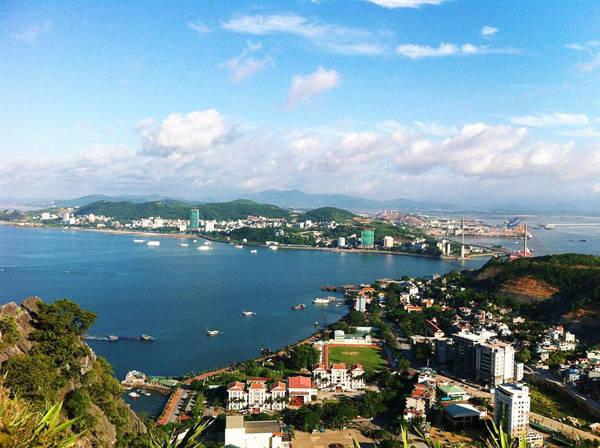 Bạn có thể ngắm nhìn toàn cảnh thành phố Hạ Long ở độ cao này. Ảnh: Thảo Nhi