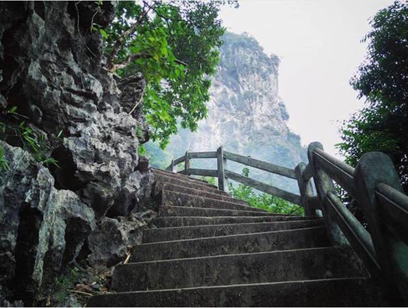 1/3 chặng đường đã được xây dựng bậc thang nên rất dễ đi và an toàn. Ảnh: IG cucgach_return