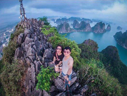 Toàn cảnh thành phố Hạ Long sẽ hiện ra trước mắt bạn khi đã chinh phục được ngọn núi này. Ảnh: florietran