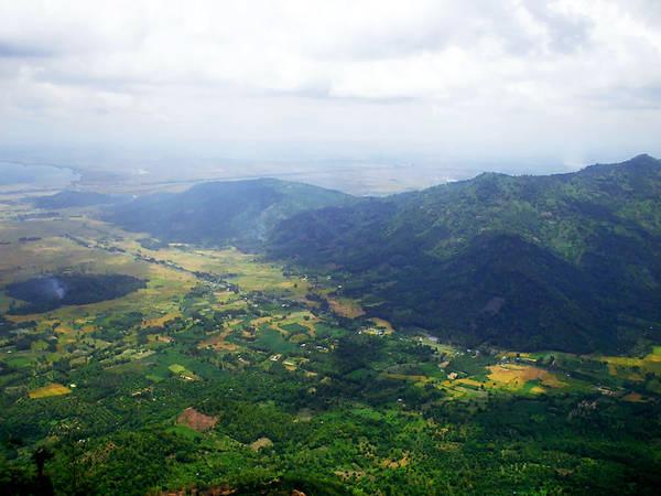 Thất Sơn: Thất Sơn hay còn gọi là Vùng Bảy Núi là 7 ngọn núi tiêu biểu trong 37 ngọn núi ở 2 huyện Tri Tôn và Tịnh Biên. Núi Cấm có độ cao 705 m, chiếm chu vi 28.600 m, là ngọn núi cao nhất trong Thất Sơn và có phong cảnh rất đẹp. Ảnh: Bùi Thụy Đào Nguyên