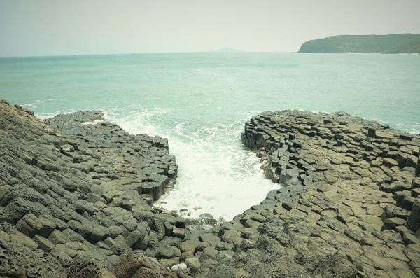 Nhìn từ xa, gành Đá Dĩa như một tổ ong khổng lồ rộng khoảng 50m, dài 200m với những khối đá hình lăng trụ xếp liền nhau được tạo nên bởi quá trình phun trào núi lửa.