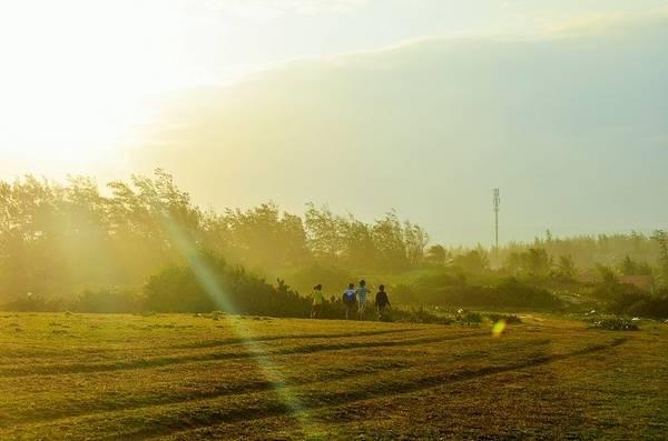 """Cách trung tâm thành phố Tuy Hòa chừng 15 km, một địa điểm đã được con mắt tài hoa của Victor Vũ từng hiện lên rất đẹp trong những thước phim - có tên <a href=""""https://www.ivivu.com/blog/2014/04/tim-dau-chan-dia-dang-noi-bai-xep-phu-yen/"""" target=""""_blank"""">Bãi Xép.</a>"""