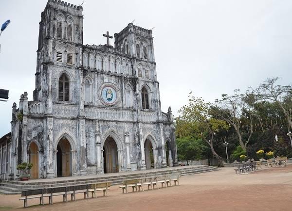 Trên con đường này có một địa danh nổi tiếng - nơi lưu giữ cuốn sách chữ quốc ngữ đầu tiên - nhà thờ cổ Mằng Lăng. với kiến trúc độc đáo của Pháp và là một trong những nhà thờ lâu đời nhất Việt Nam.