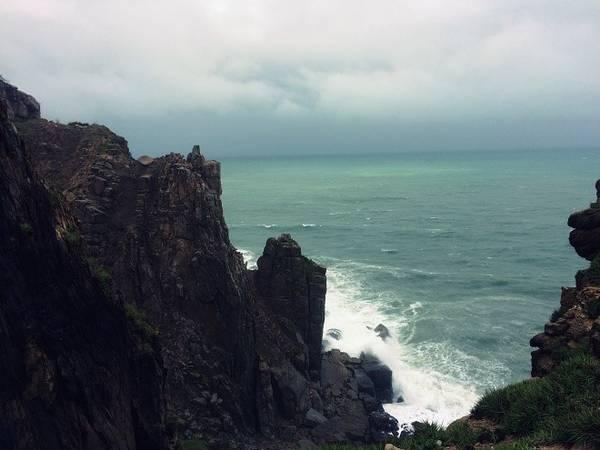 Còn nếu gặp phải ngày mưa, bạn vẫn có thể ngắm mũi Điện với những cảnh đẹp hút hồn như thế này .