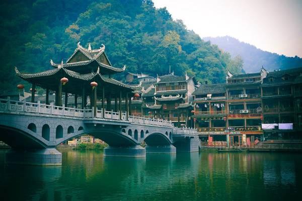 Phượng Hoàng là tên một cổ trấn của Trung Quốc nằm tại huyện Phượng Hoàng, Châu tự trị người Thổ Gia, người Miêu Tương Tây ở phía tây tỉnh Hồ Nam. Cũng như nhiều cổ trấn trứ danh khác của đất nước Trung Hoa, địa danh này được bảo tồn rất tốt cả về giá trị lịch sử và văn hóa và bảo lưu những giá trị của dân tộc ít người. Ảnh:Nguyễn Trường Sơn