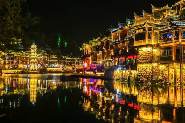 Phượng Hoàng Cổ Trấn khi lên đèn. Ảnh:Nguyễn Trường Sơn