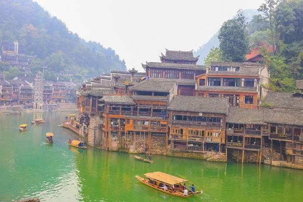 Ngồi thuyền ngắm cảnh.Ảnh: Nguyễn Trường Sơn