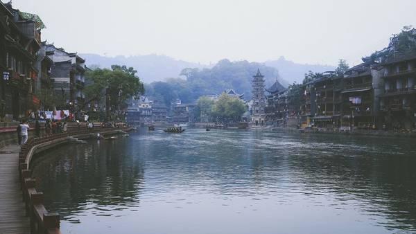 Khung cảnh dọc hai bên bờ sông cực kỳ thơ mộng.Ảnh: Nguyễn Trường Sơn
