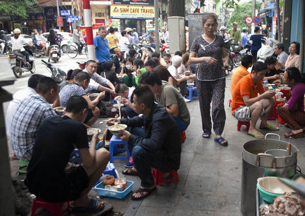 Bạn nên lựa chọn những quán ăn có đông người dân địa phương, cũng như quán được nhiều người đánh giá cao với các món đặc trưng. Ảnh: Mai Uyên