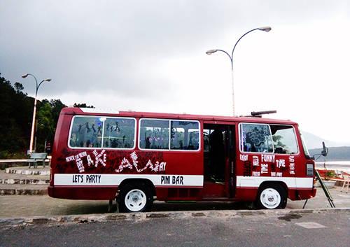 Chiếc xe bus bụi bặm này vừa là không gian chính của quán, là nơi để khách lựa chọn các món nước. Ảnh: Phong Vinh