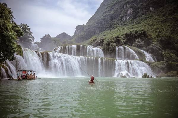 Du khách thuê bè ngắm thác. Ảnh: Nguyễn Trường Sơn