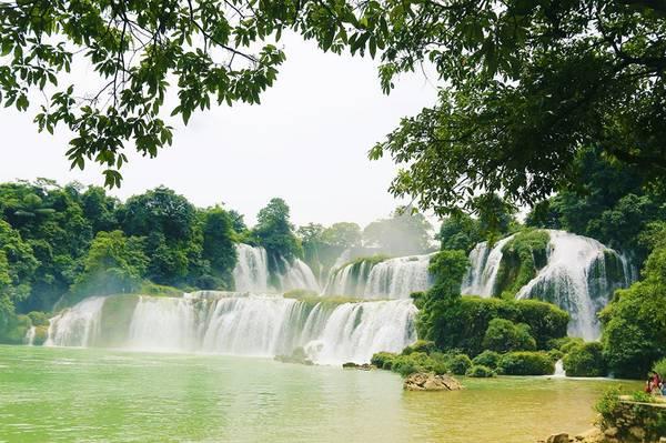 Thác Bản Giốc là một thác nước nằm trên biên giới Việt Nam và Trung Quốc; phía Việt Nam, thác thuộc xã Đàm Thuỷ, huyện Trùng Khánh, tỉnh Cao Bằng, phía Trung Quốc, thác thuộc tỉnh Quảng Tây. Thác nước này cách huyện lỵ Trùng Khánh khoảng 20 km về phía đông bắc.Thác Bản Giốc hiện nay là thác nước lớn thứ nhì thế giới trong các thác nước nằm trên một đường biên giới. Phía Trung Quốc gọi thác này là thác Đức Thiên. Ảnh: Nguyễn Trường Sơn