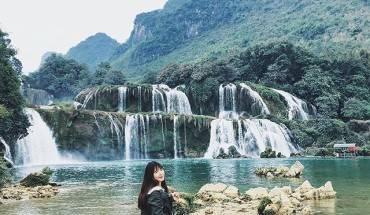 Thác Bản Giốc, Cao Bằng: Thác Bản Giốc tọa lạc ở địa phận xã Đàm Thủy, huyện Trùng Khánh, tỉnh Cao Bằng. Ngọn thác cách thành phố Cao Bằng gần 90 km, cách Hà Nội gần 400 km. Nằm trên đường biên giới Việt – Trung, thác Bản Giốc được mệnh danh là thác nước đẹp nhất Việt Nam, là thác nước tự nhiên lớn nhất khu vực Đông Nam Á. Ngoài ra, đường dẫn tới thác Bản Giốc quanh co, uốn lượn lưng núi với không khí trong lành, khoáng đạt, do vậy du khách sẽ được chiêm ngưỡng phong cảnh đồng quê của vùng núi cao rất nên thơ, trữ tình. Ảnh:susueunjin/instagram