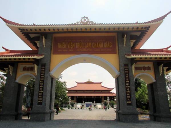 Chánh điện thiền viện Trúc Lâm Chánh Giác tại Thạnh Tân nhìn từ cổng chính - Ảnh: N.T.Đăng