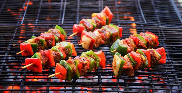 Thịt nướng xiên que ăn kèm với nước sốt đặc trưng.