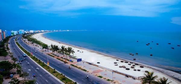 Bãi biển Thanh Bình:Khác với những bãi biển khác ở Đà Nẵng, bãi biển Thanh Bình nằm ngay trong nội thị, phía cuối đường Ông Ích Khiêm, thuộc phường Thanh Bình, quận Hải Châu, thành phố Đà Nẵng.Bãi tắm dài chừng 1km, hầu như phẳng lặng, ít khi có sóng to và không có vùng nước xoáy nguy hiểm.Ngoài tắm biển, các trò chơi cảm giác mạnh như lướt ván, du thuyền, canô... cũng là một yếu tố hút du khách đến bãi biển này. Ảnh:thuvien.datviet.com