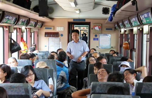 Hành khách đi tuyến tàu lửa ngoại ô Sài Gòn. Ảnh: Hữu Nguyên.