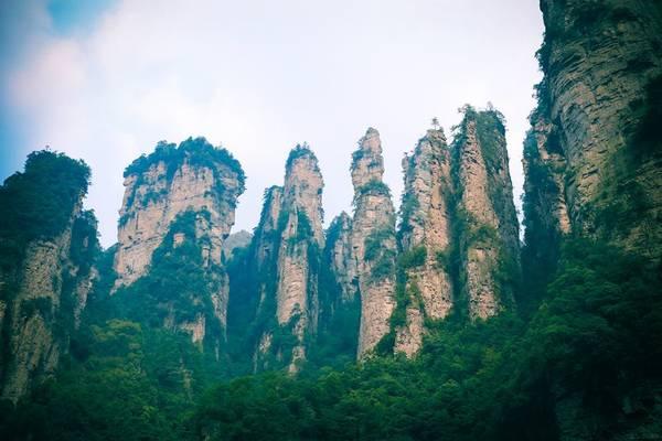 """Trương Gia Giới là tên một thành phố ở phía Tây Bắc tỉnh Hồ Nam, Trung Quốc. Đây cũng là thiên đường du lịch với vô số cảnh đẹp thần tiên: từ núi non, sông nước hữu tình đến những thung lũng nên thơ, khu rừng nguyên sinh hoang dã. Đặc biệt, với rừng đá sa thạch hùng vĩ, Trương Gia Giới còn được mệnh danh là """"Pandora trên Trái đất"""". Ảnh: Nguyễn Trường Sơn"""