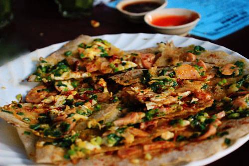 Bánh tráng nướng là món ăn đường phố nổi tiếng ở Đà Lạt mà bạn dễ dàng tìm thấy ở các ngóc ngách. Ảnh: Phong Vinh