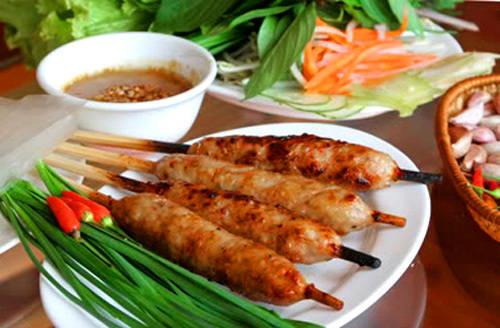 Món nem nướng với vị thơm đặc trưng ăn kèm với nướng tương mè nóng. Ảnh: wn