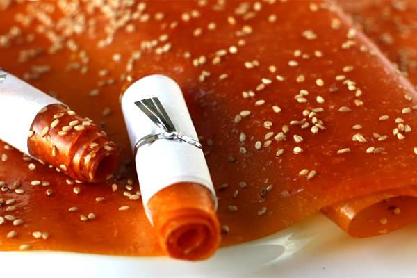 Bánh tráng xoài phơi xong có nơi sẽ được cắt ra thành miếng hình chữ nhật vừa phải hoặc có nơi để miếng to tầm 30-40 cm, bọc trong túi nilon để bảo quản.