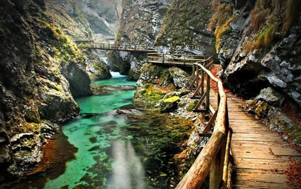 Hẻm núi Bled, Slovenia: Hẻm núi này có con đường được xây dựng bằng gỗ chạy dọc theo sông và kết thúc tại thác nước Šum tuyệt đẹp. Chiều dài của con đường vào khoảng 3km và bạn sẽ mất khoảng 1h để đi hết. Hẻm núi là nơi có nhiều cảnh đẹp thiên nhiên và được rất nhiều du khách yêu thích